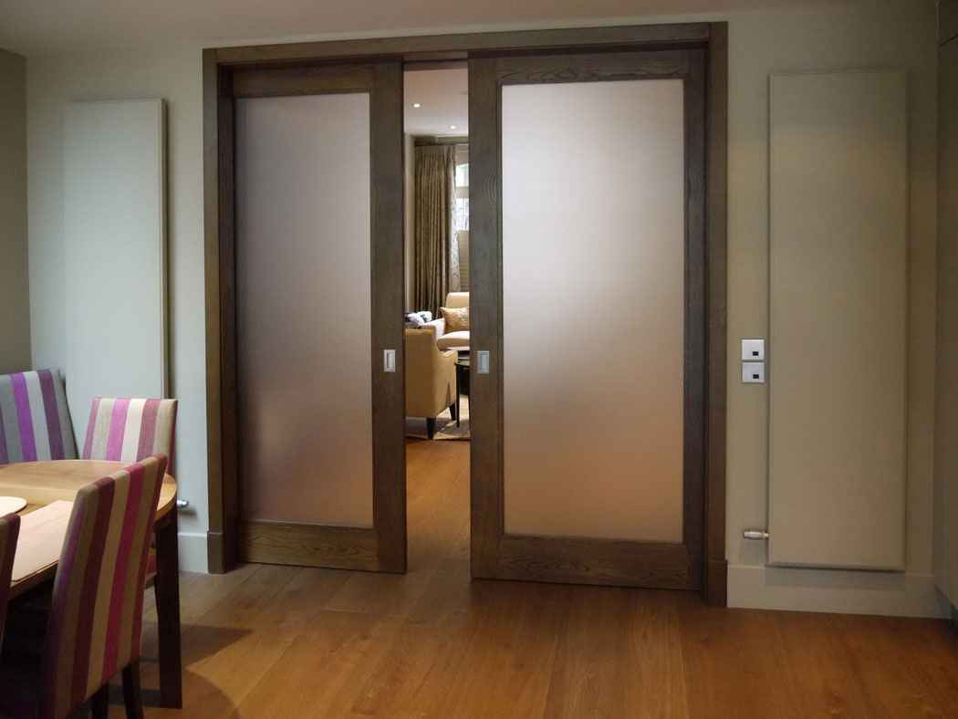 Frosted glass pocket doors for your house seeur for Modelos de puertas principales