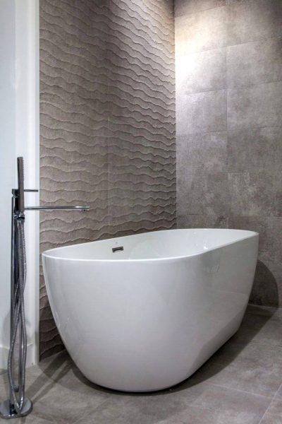Minimalist freestanding tub