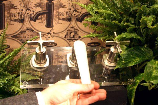 Industrial design watermark faucet